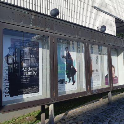Jyväskylän teatteritalon julistetaulu, syksyn 2021 näytelmien julisteita.