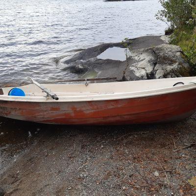 Savonlinnassa on etsitty tiistaina veden varaan joutunutta. Poliisi kertoo toivovansa havaintoja tapahtuneesta tai tietoja kuvan veneen omistajasta.
