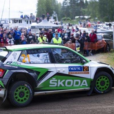 Yleisö seuraa Jyväskylän MM-rallia.