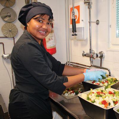 Kokki Evnice Advsei huuhtoo vihanneksia Vantaan Food & Co. MIN Aviapoliksen ravintolassa.
