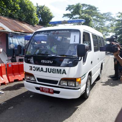 En ambulans transporterar tomma kistor till fängelset i Indonesien där nio dödsdömda fångar ska avrättas.
