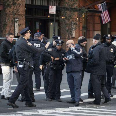 En sprängladdning skickades till Robert de Niros restaurang Tribeca Grill i New York.