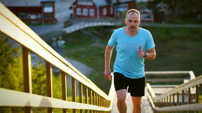 Martin löper upp för konditionstrapporna på Öjberget