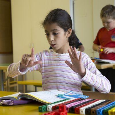 Dani Al-Mallak (9) matematiikatunnilla.