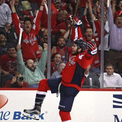 Tom Wilson firar segermålet mot Toronto Maple Leafs.