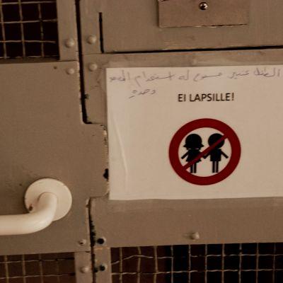 Skylt som förbjuder barn att åka hiss ensamma.