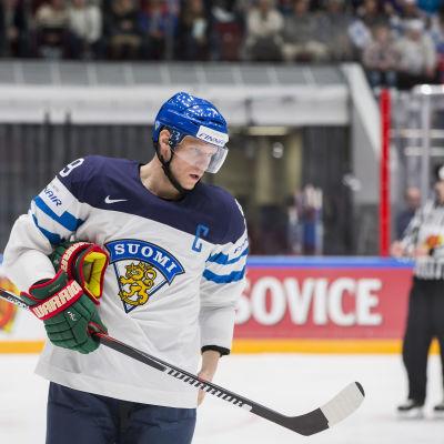 Mikko Koivu i helbild på isen.