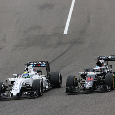 Felipe Massa och Fernando Alonso kämpar om placeringar
