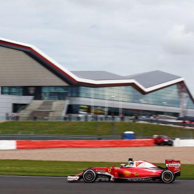 Kimi Räikkönen kör sin Ferrari på Silverstone.