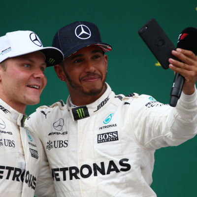 Bottas och Hamilton tar en selfie.