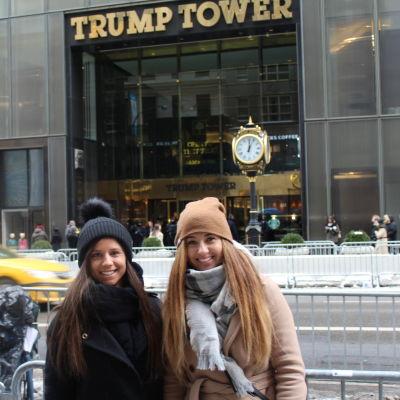 Olga Onishchuk och Julia Kholodyuk på Femte Avenyn utanför Trump Tower i New York.