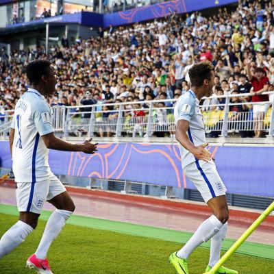 Dominic Calvert-Lewin firar sitt mål i finalen vid hörnflaggan.