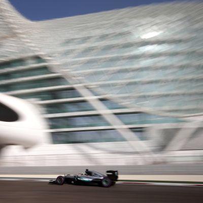 Lewis Hamilton kör. Bakgrunden är suddig.