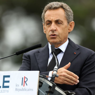 Nicolas Sarkozy talar till studerande i La Baule i Frankrike.