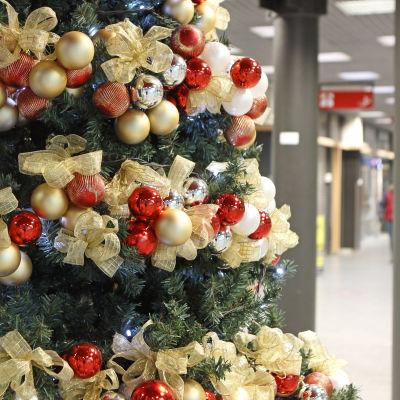 En pyntad julgran i ett köpcentrum.