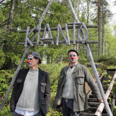 Zin ja Mike, eli Timo Ruuskanen ja Tuukka Vasama Kiannon maisemissa.