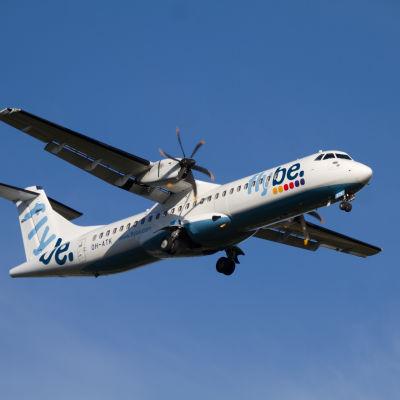 flybe nordics ATR-72 på väg att landa på Helsingfors-Vanda flygplats. (arkivbild)