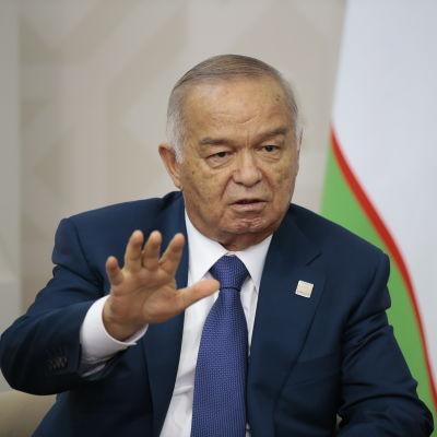 Uzbekistans president Islam Karimov talar till Rysslands president Vladimir Putin.