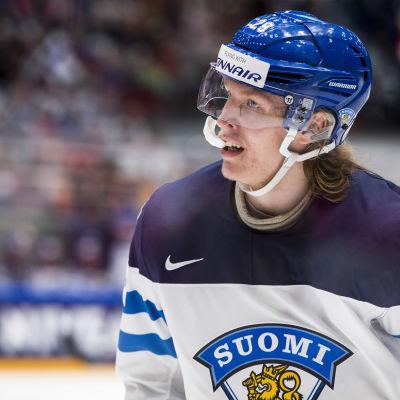 Ishockeyspelare andas ut under paus.