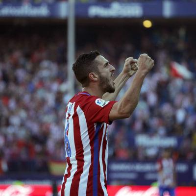 Koke jublar efter att ha gjort mål mot Sevilla.