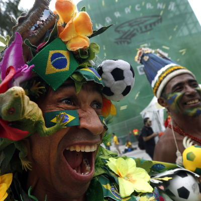 Brasilialaisia jalkapallofaneja Maracana-stadionin edustalla