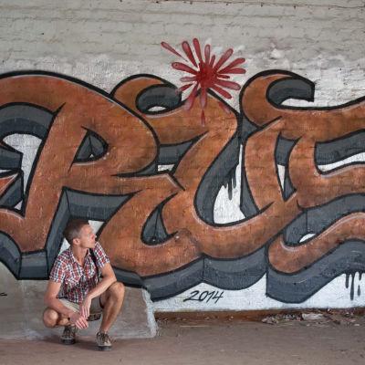 Jari Järvelä Rust-graffitin edessä