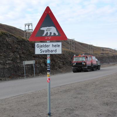 Varningsskylt för isbjörnar på Svalbard
