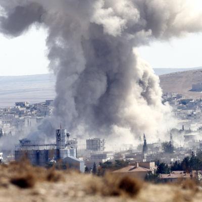 Rök över den syriska staden Kobane.