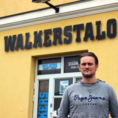 Stationens barns verksamhetsledare Christian Wlatz vid Walkers ungdomscafé i centrum av Helsingfors.