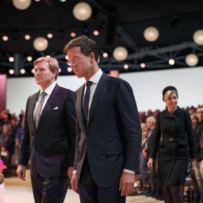 Hollands kung Willem Alexander och premiärminister Mark Rutte deltog i minnesceremonin för offren i Malaysia Airlines plan som kraschade i Ukraina i juli.