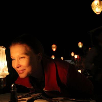 Mari Keinänen katsoo lampun valoa.
