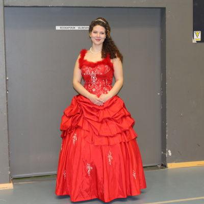 En flicka i en röd balklänning på de gamlas dans i Lovisa.