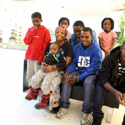 Familjen Etoka. Från vänster: Lubunga, mamma Machozi Amisa med Etoka Thomas i famnen, pappa Thomas och Kaluta. Bakre raden: Riziki, Etienne och Clementine.