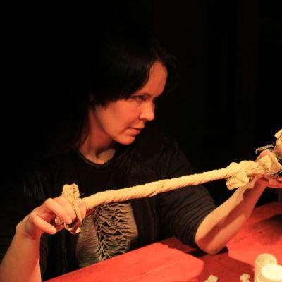 Outi Sippola tillsammans med den centrala dockkaraktären i teaterföreställningen.