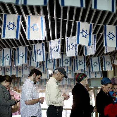 Väljare köar i bosättningen Kiryat Arba nära Hebron på Västbanken på valdagen 2015.