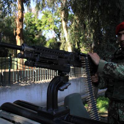 En afghansk soldat håller vakt efter att en regeringssoldat öppnade eld mot amerikanska soldater i Jalalabad.