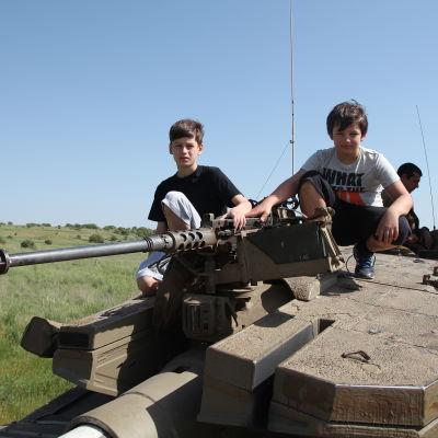 Journalisten  Carl-Magnus Helgegren tog med sina söner till Västbanken för att lära dem om krigets konsekvenser