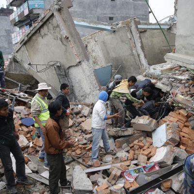 Räddningsarbetet pågår efter jordskalvet i Katmandu, Nepal.
