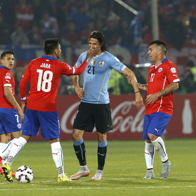 Gonzalo Jara och Edinson Cavani i dispyt vid  Copa America 2015