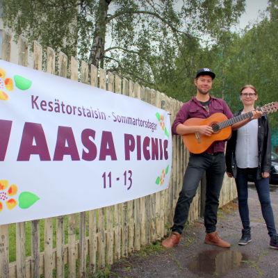Dennis Mänty uppträder på Vasa picnic och Vasa stads kulturchef Mia Wiik