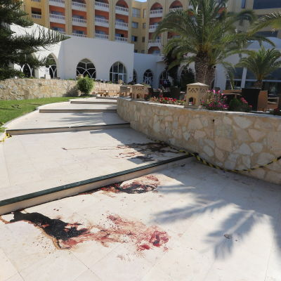 Blodfläckar nära ett hotell i Sousse, Tunisien.