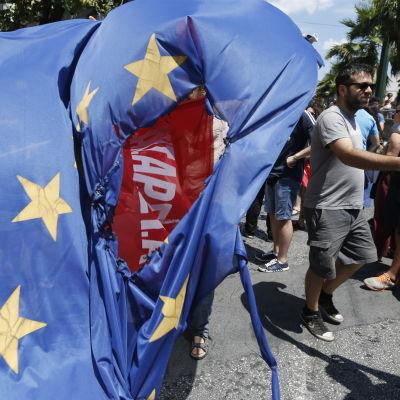 De som stöder ett nej till EU:s lånevillkor bränner en EU-flagga i Aten.
