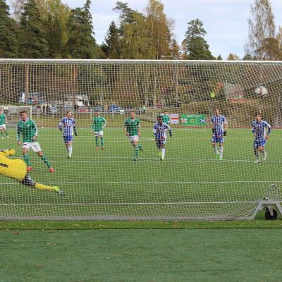 Claudio Matrone sätter in 2–1 till GrIFK från straffpunkten.