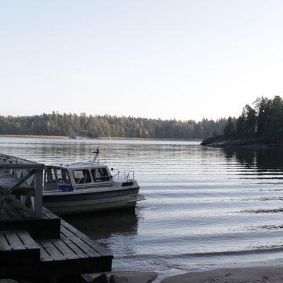 Båt vid Källviken i Ekenäs.