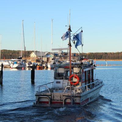 Ekenäs sjöräddare patrullerade vid hamninloppet för att varna inkommande båtar för dykare i vattnet.