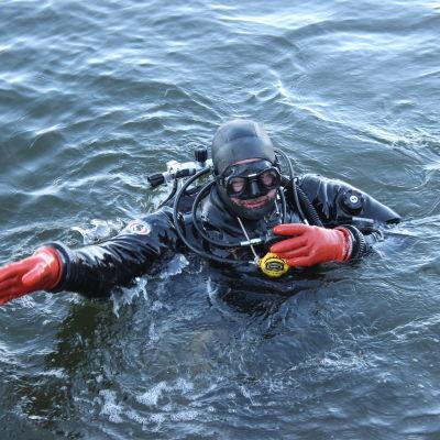 Mårten Engberg är en av dykarna i föreningen Piraya.