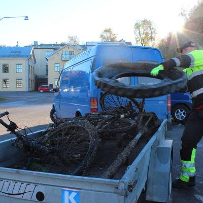 Cyklar och bildäck hittades det en hel del av.