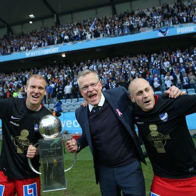 Daniel Sjölund (t.h.) firar med tränaren och en lagkamrat.