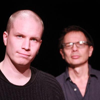 Regissören Akse Pettersson och journalisten Tomas Jansson på Svenska Teaterns scen.