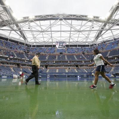 Funktionärer på tennisplanen på US Open 2015.